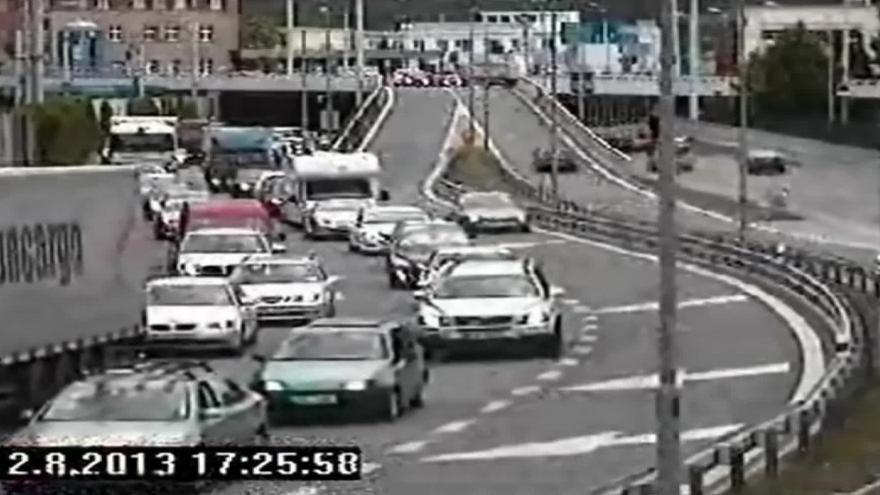 Video Vytlačení dodávky zachytila bezpečnostní kamera