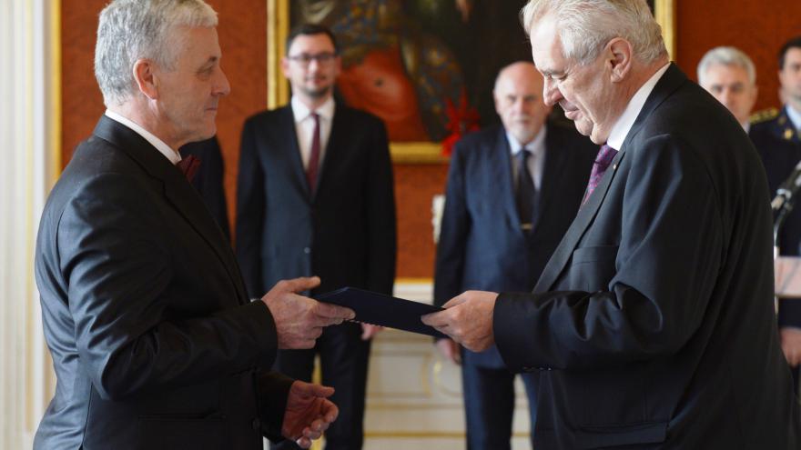 Video Prezident Zeman jmenoval Josefa Fialu soudcem ústavního soudu
