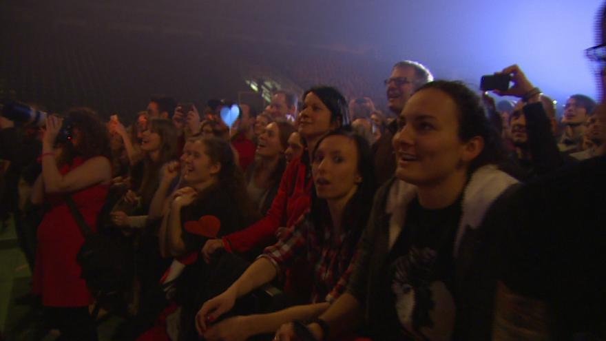 Video Fanoušci v sále zpívali se Zaz šansony i její známé hity