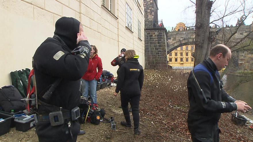 Video Potápěči na dně Vltavy pátrají po zbytcích Juditina mostu
