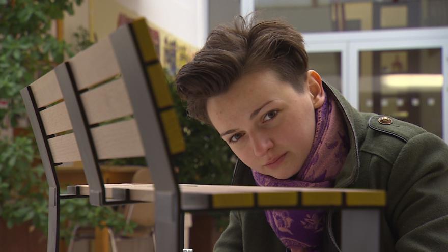 Video Studenti pracují na návrzích městského mobiliáře