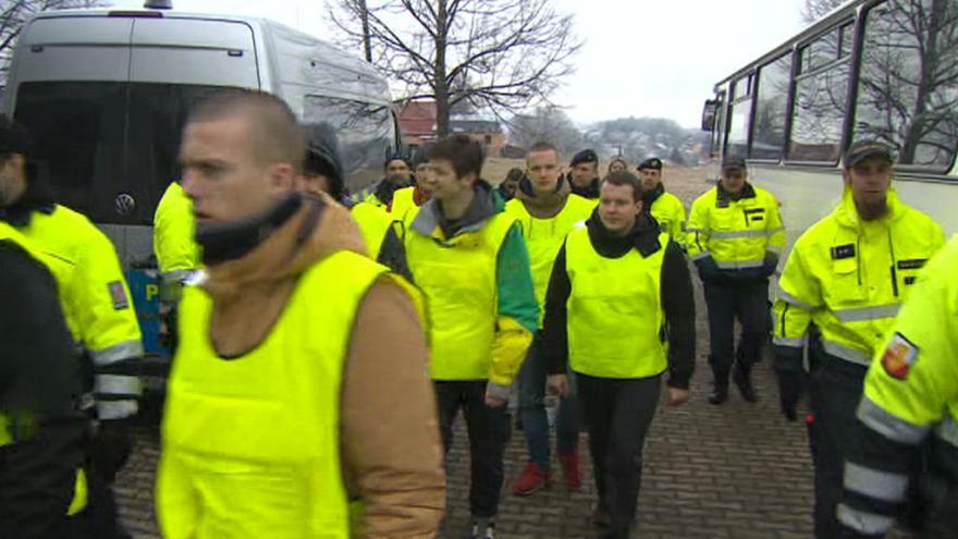 Video UDÁLOSTI: Policisté si vyzkoušeli, jak zvládnou nápor migrantů