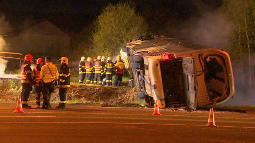 Video Zprávy ve 23: Za elektrárnou Prunéřov havaroval autobus s desítkami cestujících a převrátil se na bok