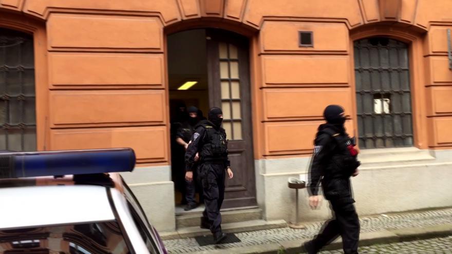 Video Eskorta přiváží Kevina Dahlgrena k soudu