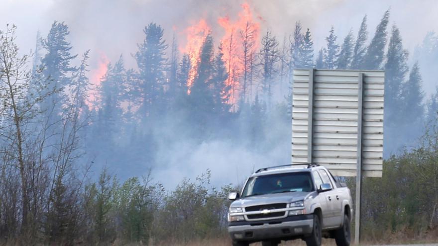 Video Požár v Albertě vyhání z oblasti těžaře