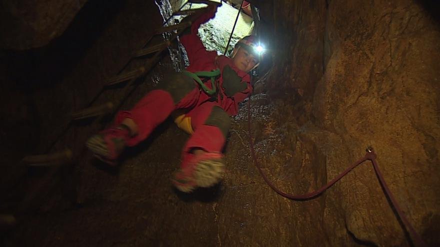 Video Lezení jeskyní je adrenalinový zážitek.