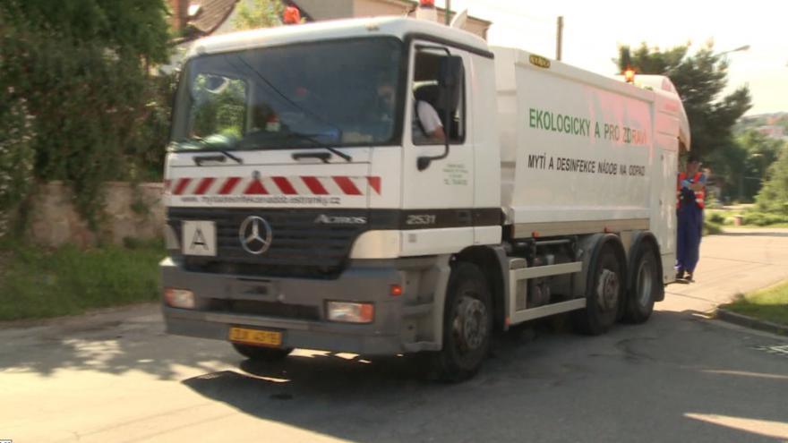 Video Popelářské auto doprovází speciální čistící vůz