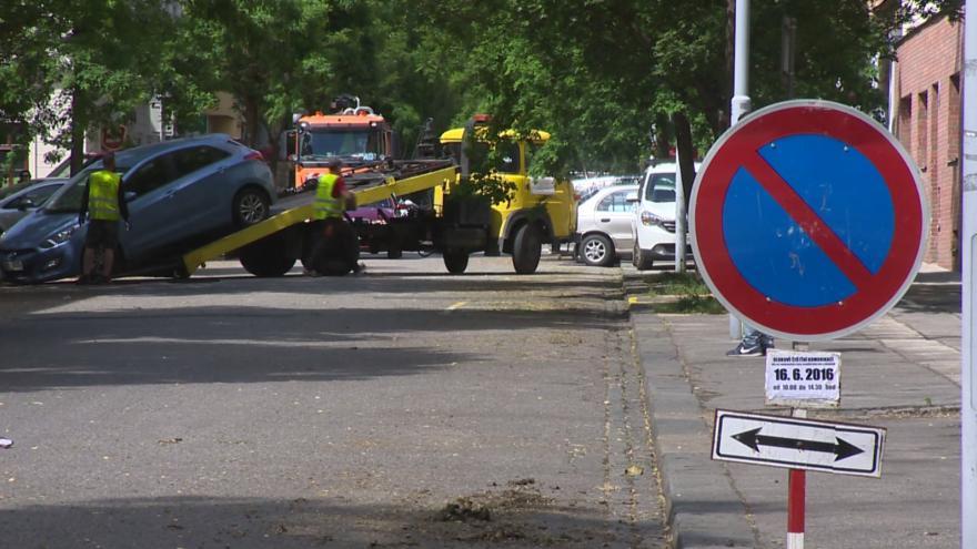 Video Jak vypadá odtahování aut v Brně ukazují tyto záběry