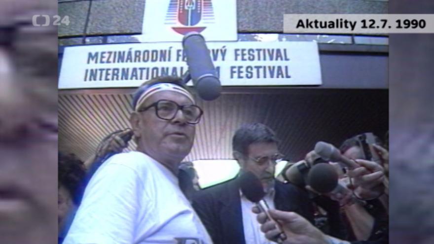 Video Aktuality z roku 1990: Forman a Pištěk přijeli na karlovarský festival na kolech