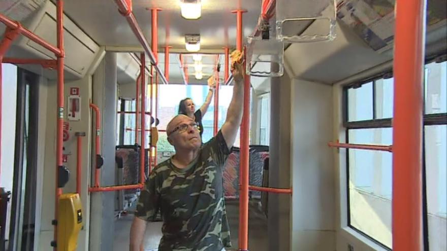 Video Úklidoví pracovníci pečlivě čistí tramvaje