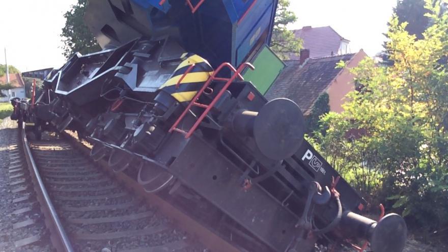 Video Vykolejený nehodový vlak s jeřábem blokuje trať