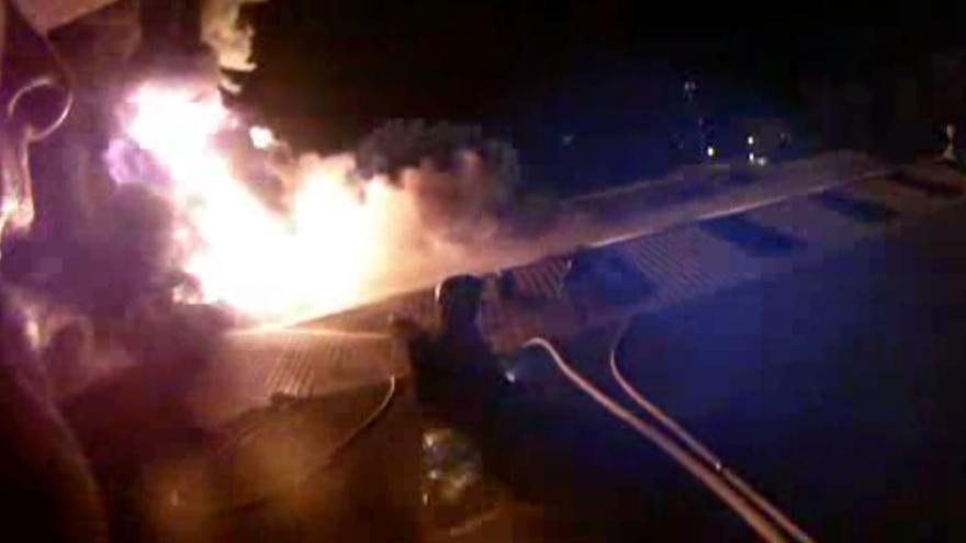 Video Záběry požáru natočené kamerou na přilbě hasiče
