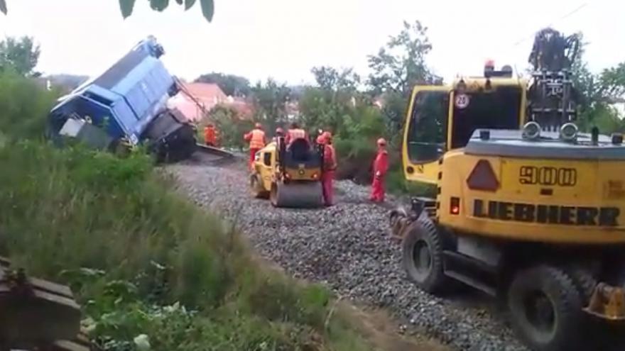 Video Železničáři odstraňují koleje a štěrkují cestu