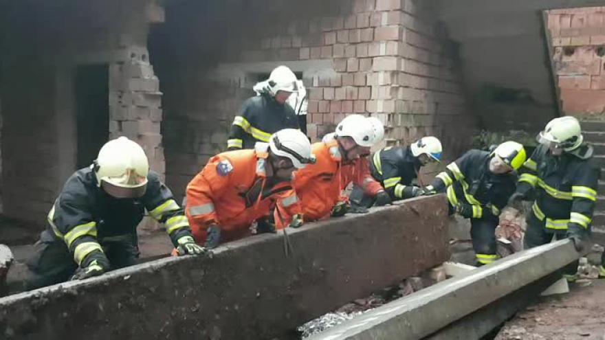 Video Bez komentáře: zásah hasičů ve zříceném domě