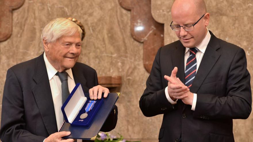 Video Sobotka předal Bradymu medaili Karla Kramáře