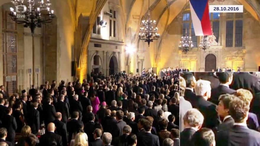 Video Bez komentáře: Amerického velvyslance na Hradě 28.10. zachytily kamery ČT