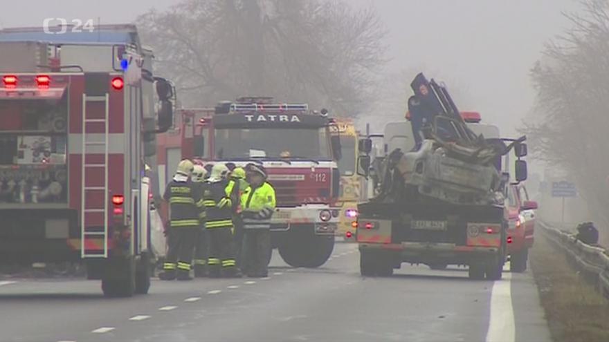 Video Odklízení následků nehody automobilu s kamionem