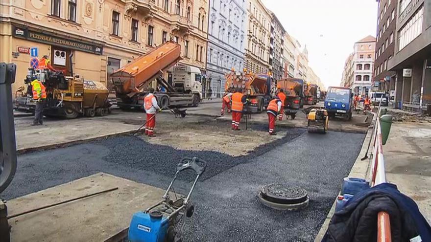 Video Oprava Sokolské po havárii vodovodu pokračuje