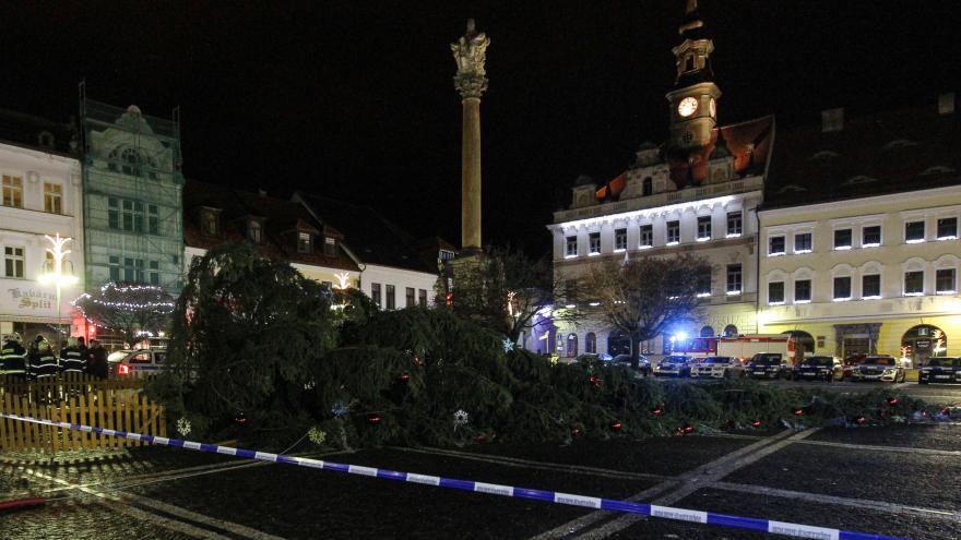 Video V České Lípě spadl vánoční strom