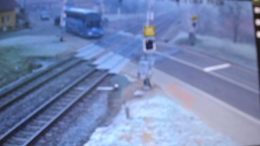 Video Řidič vjel na přejezd na červenou, pak couval