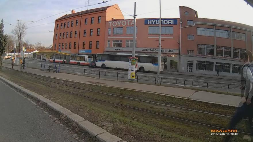 Video Opilý řidič autobusu narazil u brněnského autobusového nádraží do osobního auta