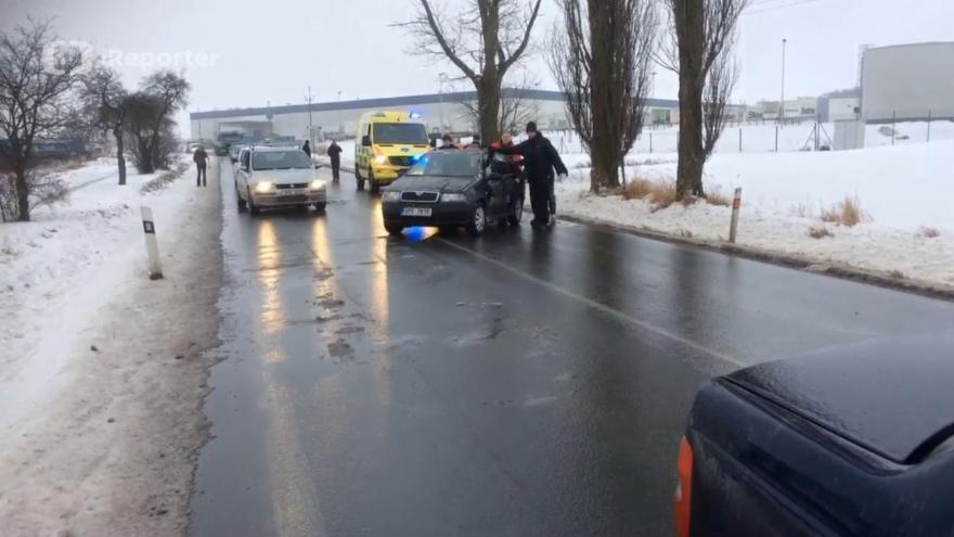 Video iReportér Martin Mahdal: Ledovka zablokovala sanitku u Ostrova u Stříbra, auta museli řidiči odtlačit