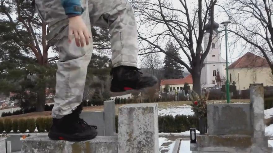 Video Školáci se při řádění na hřbitově natočili