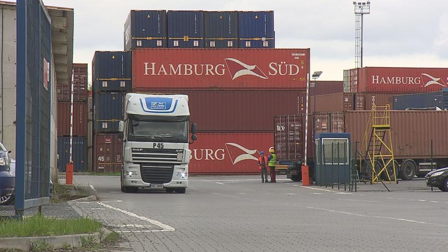 Video Kamionová doprava trápí nejen Šenov