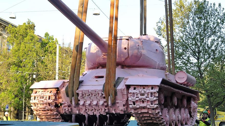 Video Před Červeným kostelem v Brně stojí růžový tank