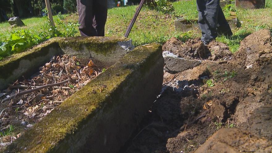 Video Vězni pomáhají na hřbitovech