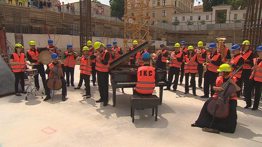 Video Filharmonici hrají na staveništi Bugatti step