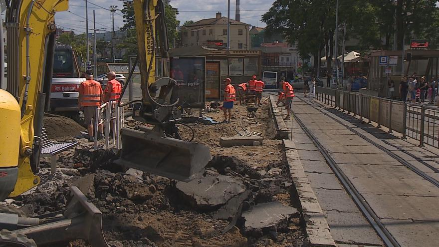 Video Tramvaje a autobusy před hlavním nádražím v Brně nezastavují