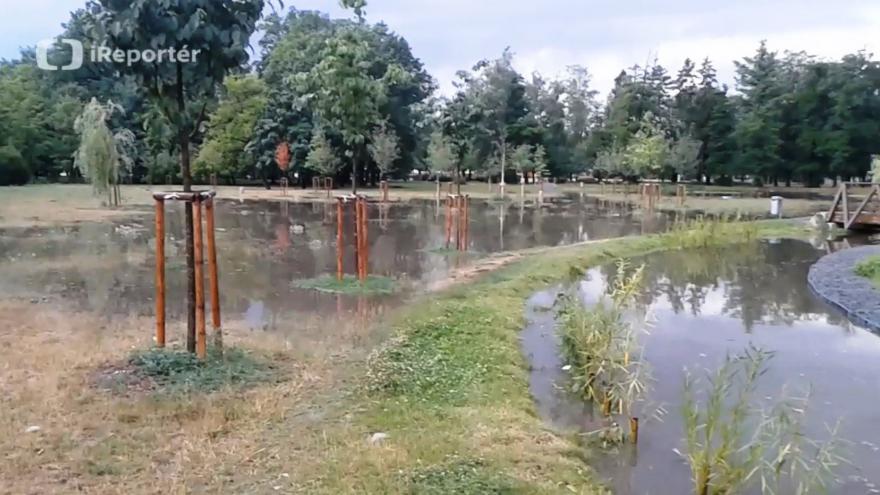 Video Bouřka zvedla hladinu potoka v Kolářových sadech v Prostějově