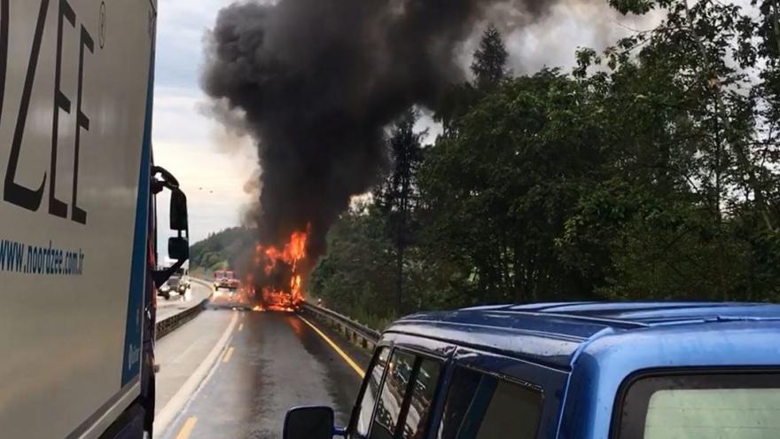 Video Na dálnici D1 hořel maďarský kamion s    melouny