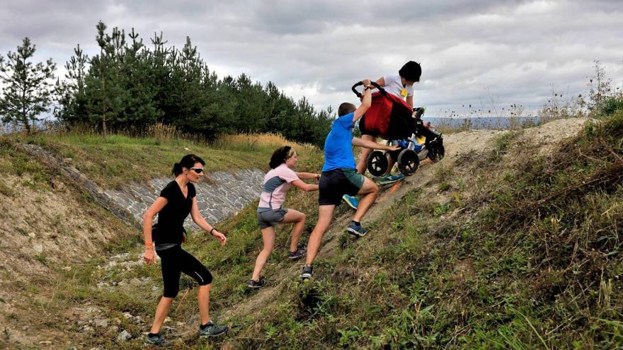Video Jezerní běh vede krajinou rypadel