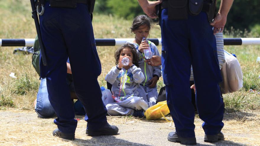 Video EK Maďarsku pomůže s uprchlíky, dodá stany i úředníky