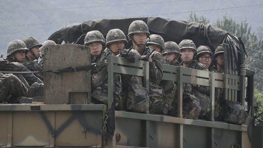 Video Procházka ze Soulu: Nad hlavou nám létá víc stíhaček