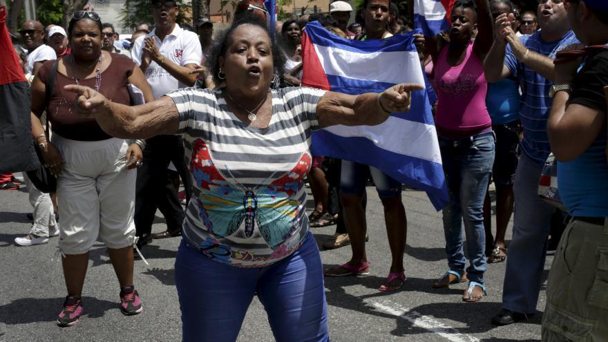 Video V Havaně zatkli desítky Dam v bílém