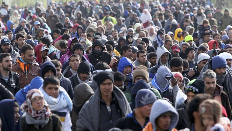 Video Zpravodaj ČT ze srbsko-chorvatské hranice: Uprchlíci spí pod dekami u polní cesty