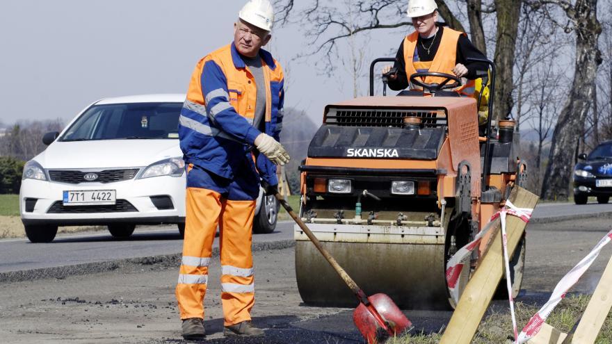 Video Zkoumají kvalitu oprav silnic