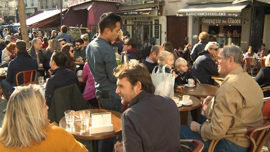 Video Paříž se vrací do normálního života, restaurace se plní lidmi