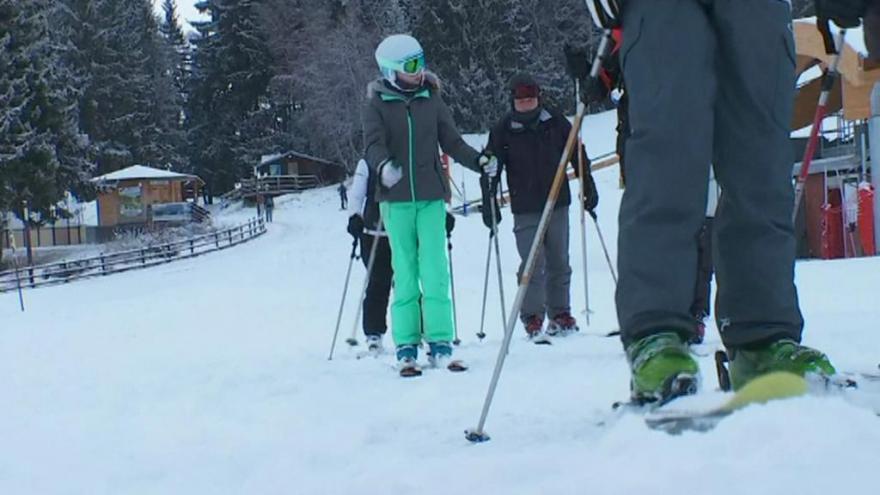 Video Alpská střediska se dočkala sněhu, řada turistů si ale dovolenou neužila