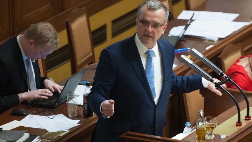 Video Reportáž: Sněmovní hádka o vyplácení Čechů a únik informací