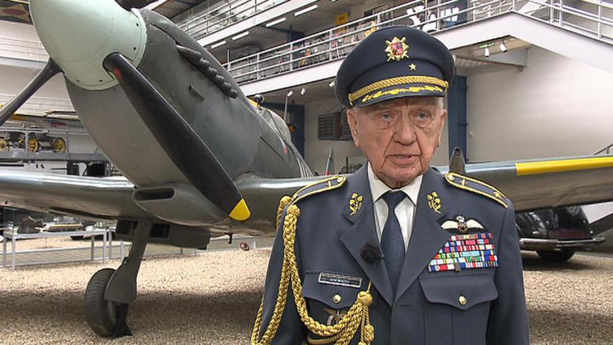 Video 93. narozeniny oslavil stíhač RAF Emil Boček v kokpitu