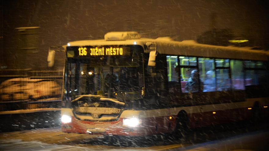 Video Reportáž: Sníh zasypal Česko a zkomplikoval dopravu
