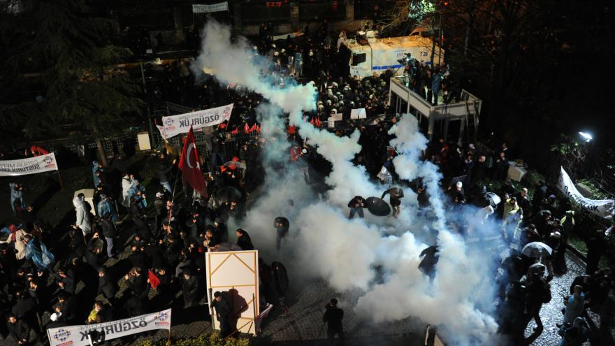 Video Protesty proti tomu, že turecké úřady převzaly kontrolu nad hlavním opozičním listem