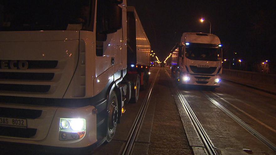 Video Reportáž: Libeňský most zatížily čtyřicetitunové nákladní vozy