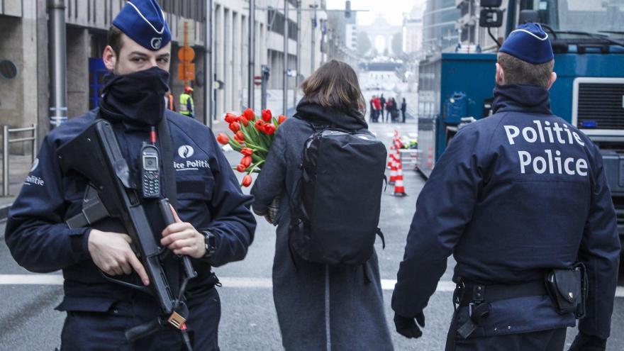 Video Nezodpovězených otázek kolem bruselských útoků neubývá