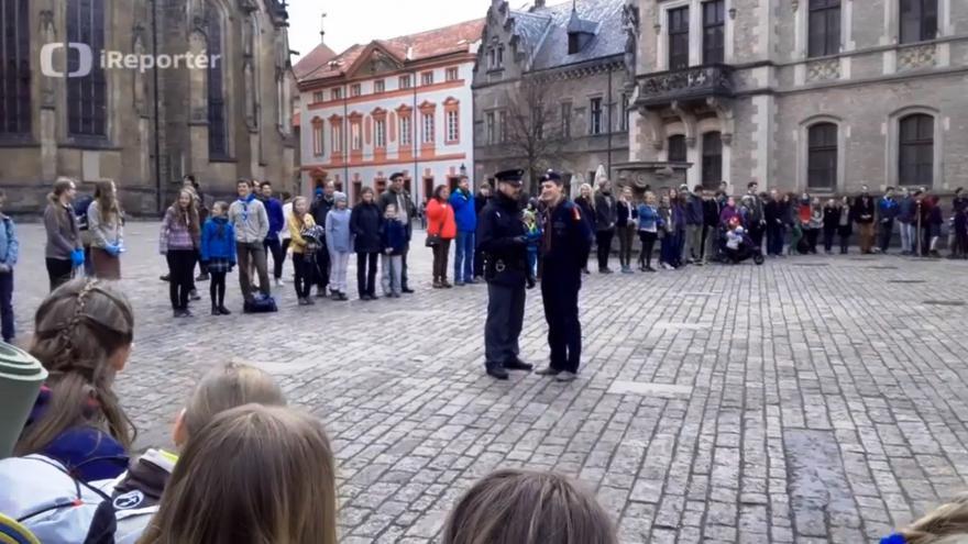 Video Bez komentáře: Policie skautům na Hradě zakázala zpěv hymny