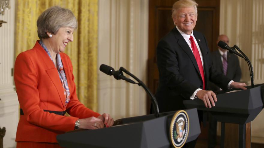 Video tisková konference Trumpa a Mayové